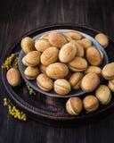 Nüsse vom Mürbeteig mit gekochter Kondensmilch stockbild