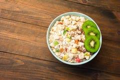 Nützliche Frühstückskost- aus Getreidegetreide mit Trockenfrüchten Lizenzfreie Stockbilder