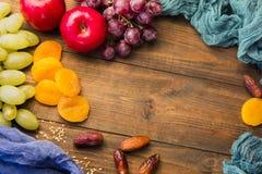 Nützliche Trauben der Frucht auf dem Tisch, Äpfel Stockfotografie