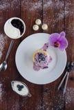 Nützlicher Snack von Pfannkuchen mit Hüttenkäse und Blaubeere stauen Stockfotografie