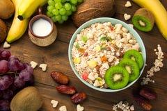 Nützliches Frühstückskost- aus Getreidegetreide mit Trockenfrüchten in einer Platte trägt Früchte Stockbild