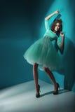 Nęcąca dama jest ubranym zieleni suknię Zdjęcia Stock