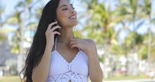 Nęcąca elegancka dziewczyna ma rozmowę telefoniczą w parku zbiory wideo
