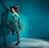 Nęcąca kobieta jest ubranym zieleni suknię Zdjęcia Royalty Free