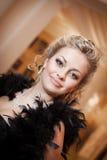 Blondynki kobieta z diamentową biżuterią z fryzurą i makeup Obrazy Royalty Free