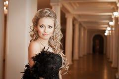 Blondynki kobieta z diamentową biżuterią z fryzurą i makeup Fotografia Stock