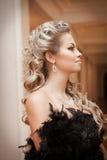 Blondynki kobieta z diamentową biżuterią z fryzurą i makeup Zdjęcia Stock