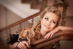 Blondynki kobieta z diamentową biżuterią z fryzurą i makeup Obrazy Stock