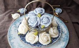 nęci tradycyjnego tajlandzkiego deserowego cukierku tort w ceramicznego naczynia i mosiądza koszu Obraz Stock