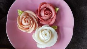 nęci tradycyjnego tajlandzkiego deserowego cukierku tort w ceramicznego naczynia i mosiądza koszu Zdjęcia Royalty Free