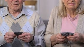 Nędzni emeryci liczy euro, brak pieniądze dla żyć, wysoka użyteczność zbiory