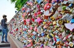 N汉城塔是其中一个汉城的偶象标志,夫妇朝向对塔锁爱`他们的`挂锁在的栏杆上的 免版税库存图片