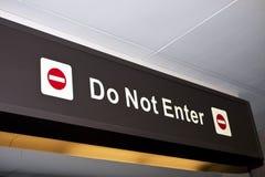 N'écrivez pas le signe directionnel d'aéroport de restriction Photos stock
