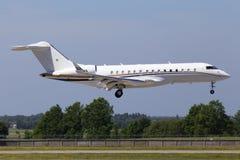N68889在跑道的投炸弹者BD-700-1A10全球性6000架企业喷气机着陆 库存图片