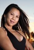 θέτοντας γυναίκα παραλιώ&n Στοκ εικόνα με δικαίωμα ελεύθερης χρήσης