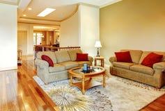 与硬木地板的明亮的棕色和红色客厅内部, n 免版税库存照片