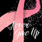 N'abandonnez jamais la citation tirée par la main de lettrage pour la carte de conscience de cancer du sein Photographie stock