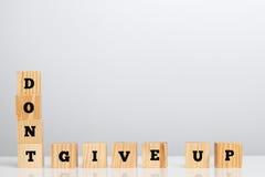N'abandonnez pas écrit dans des blocs de lettre Photo stock