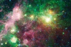 N?buleuses et ?toiles dans l'espace extra-atmosph?rique, univers myst?rieux rougeoyant photo libre de droits
