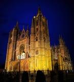 ³ n Catedral de Leà en la noche Imagen de archivo libre de regalías