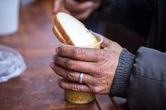 n?chstenliebe Die Bekämpfung der Armut Freiwillige teilten warme Mahlzeiten zu den Leuten im Bedarf aus Kalter Wintertag lizenzfreie stockfotos