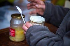 n?chstenliebe Die Bekämpfung der Armut Freiwillige teilten warme Mahlzeiten zu den Leuten im Bedarf aus Kalter Wintertag lizenzfreie stockbilder