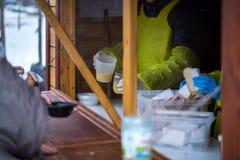 n?chstenliebe Die Bekämpfung der Armut Freiwillige teilten warme Mahlzeiten zu den Leuten im Bedarf aus Kalter Wintertag stockbilder