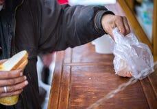 n?chstenliebe Die Bekämpfung der Armut Freiwillige teilten warme Mahlzeiten zu den Leuten im Bedarf aus Kalter Wintertag lizenzfreies stockbild