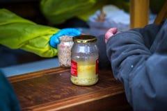 n?chstenliebe Die Bekämpfung der Armut Freiwillige teilten warme Mahlzeiten zu den Leuten im Bedarf aus Kalter Wintertag in der G lizenzfreie stockfotografie