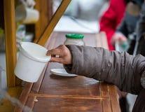 n?chstenliebe Die Bekämpfung der Armut Freiwillige teilten warme Mahlzeiten zu den Leuten im Bedarf aus Kalter Wintertag stockfoto