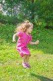 N der Park, der ein Kind mit Eiscreme springt Lizenzfreie Stockfotografie