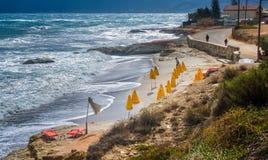 ¾ n dos guarda-chuvas Ð uma praia vazia Fotografia de Stock