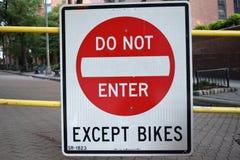 N'entrez pas excepté des vélos image stock
