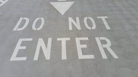 N'entrez pas se connectent le parking concret avec la flèche de haut en bas photo stock
