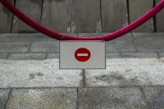 N'entrez pas se connectent une corde rouge sur le fond gris photographie stock libre de droits