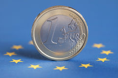 Één Euro op de vlag van de Europese Unie Stock Foto's