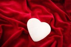 Één glanzend hart over fluweel Royalty-vrije Stock Afbeeldingen