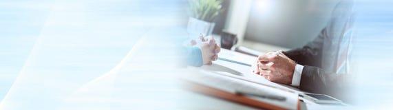 N?gociation d'affaires entre la femme d'affaires et l'homme d'affaires, effet de la lumi?re Drapeau panoramique photographie stock libre de droits