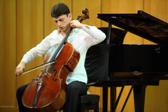 N.Hakhnazaryan spielt Antonio Stradivari Cello Stockfotos