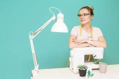 N?hende Werkstatt N?herin bei der Arbeit Portr?t einer jungen Damenschneiderin auf einem farbigen Hintergrund lizenzfreies stockbild