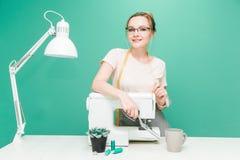 N?hende Werkstatt N?herin bei der Arbeit Portr?t einer jungen Damenschneiderin auf einem farbigen Hintergrund lizenzfreies stockfoto