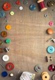 N?hende Werkzeuge und Zus?tze auf Holztisch stockfotografie