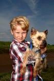 Één jongen en zijn hond Stock Afbeelding