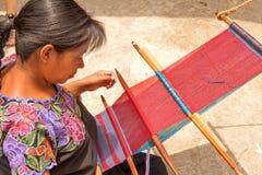 ¡ N, mexikanische Frau San Lorenzo ZinacantÃ, die in einem traditonal w spinnt lizenzfreie stockfotos