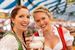N mit bayerischem Dirndl im Bierzelt Lizenzfreies Stockfoto