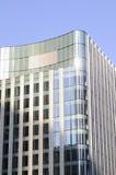 Één nieuwe bouw met blauwe hemel op achtergrond Royalty-vrije Stock Foto's