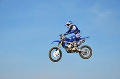 摩托车越野赛竞争, N Nikitin执行在背景的一个跃迁 免版税库存照片