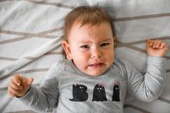 ??n ??njarigebaby die in bed schreeuwen royalty-vrije stock afbeeldingen