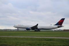 N806NW Delta Air Lines Airbus A330-323 reist von Polderbaan ab lizenzfreie stockfotografie