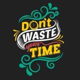 N?o desperdice seu tempo Cita??es inspiradores superiores Cita??es da tipografia Cita??es do vetor com fundo preto fotografia de stock